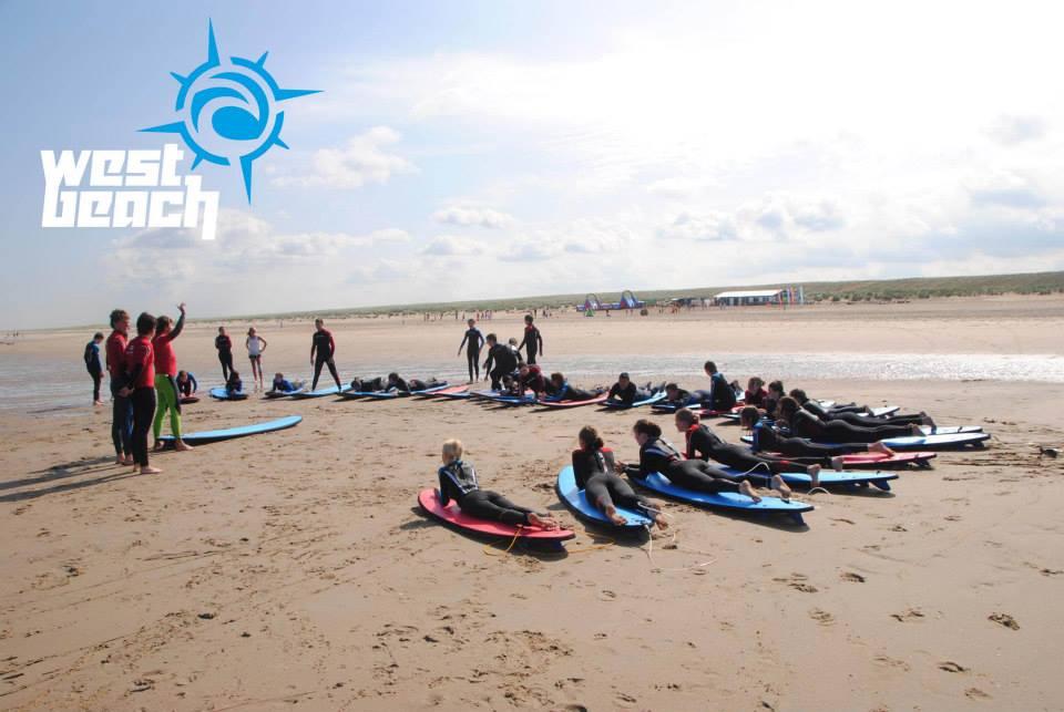 surfles tijdens een surfcamp dichtbij den haag